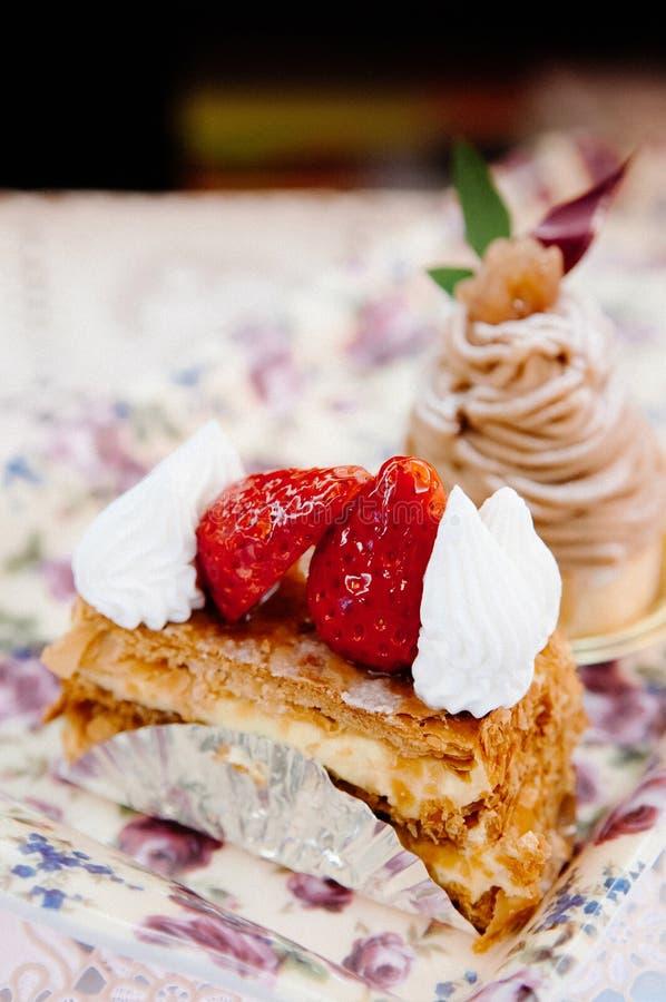 Truskawkowy kremowy ptysiowy ciasto obraz royalty free