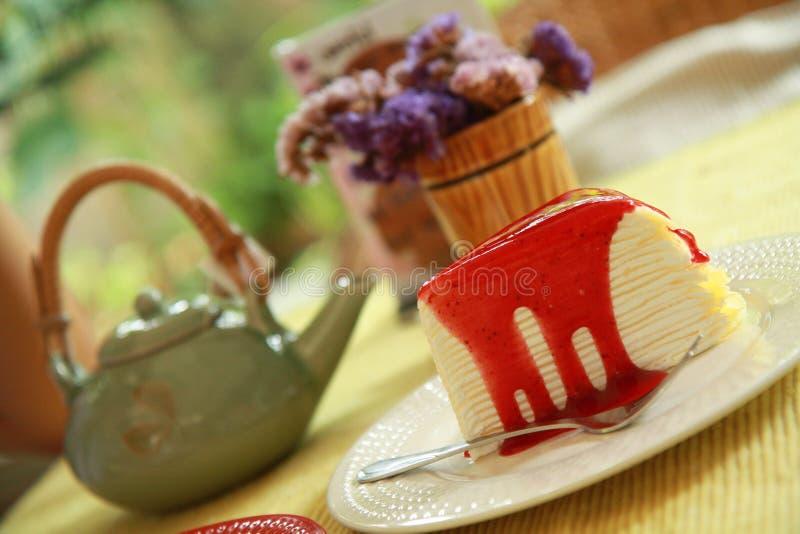 Truskawkowy krepa tort wraz z popołudniową herbatą zdjęcia stock
