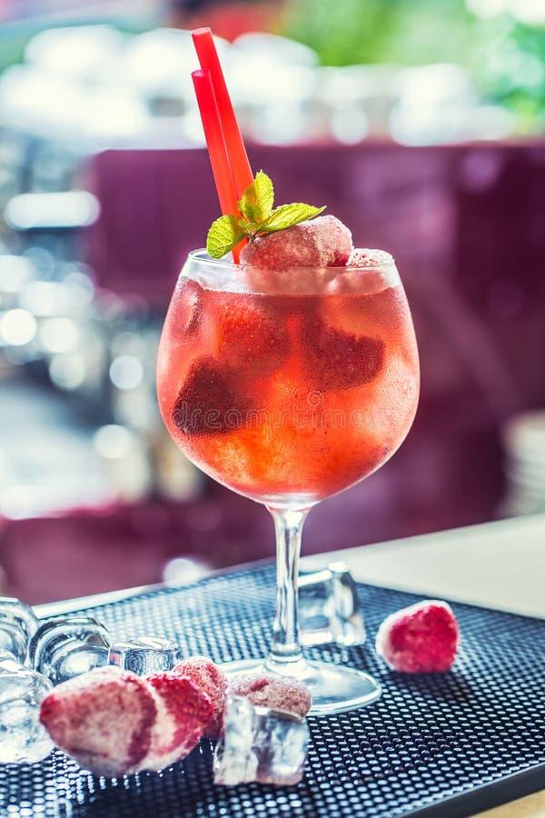 Truskawkowy lemoniady lub alkoholiczki koktajl z lodową syrop sodą zdjęcia royalty free