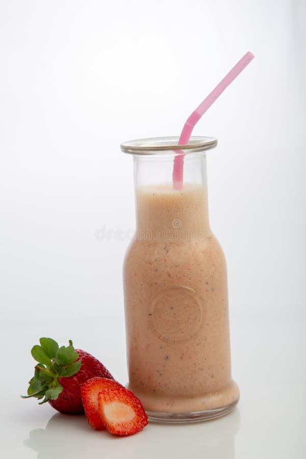 Truskawkowy smoothie w białym tle obraz stock