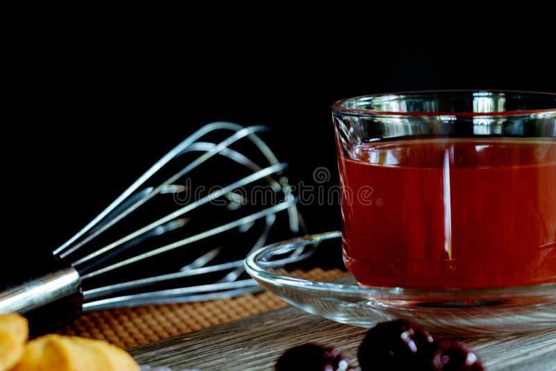 Truskawkowy sok w Jasnej filiżance zdjęcia stock
