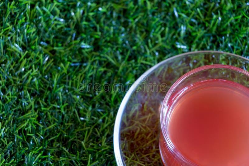 Truskawkowy sok w Jasnej filiżance zdjęcie stock