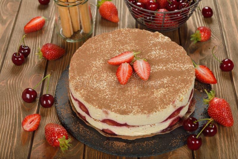 Truskawkowy tiramisu tort zdjęcie royalty free
