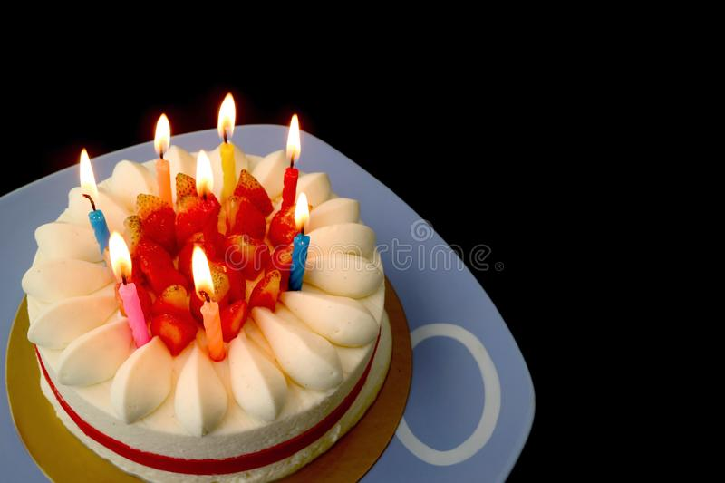Truskawkowy wanilia skrótu tort z Olśniewającymi świeczkami w zmroku fotografia royalty free