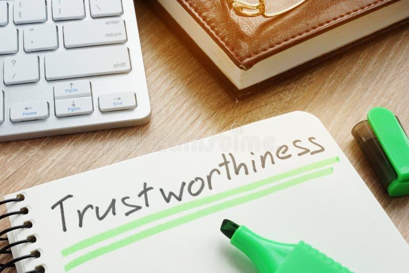 Trustworthiness pisać w notatce Godny zaufania lub zaufaniu zdjęcie stock