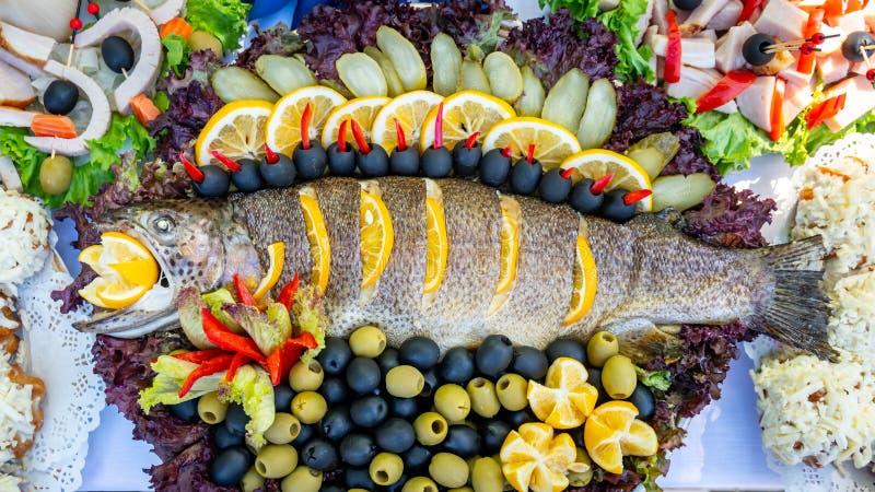 Truta, carpa e salmonete grelhados Peixes suculentos da guloseima em uma placa com uma salada de vegetais fritados Culin?ria de B imagens de stock