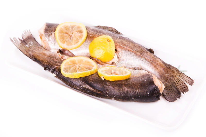 Truta com o limão cozinhado em um navio. Conceito saudável do alimento. fotografia de stock royalty free