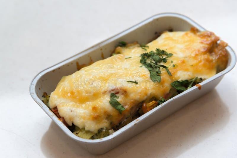 A truta cozeu com vegetais e queijo em bandejas do grupo foto de stock royalty free