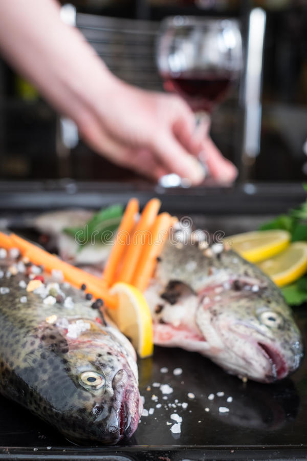 Truta fresca com especiarias, ervas, limão e sal do mar fotos de stock