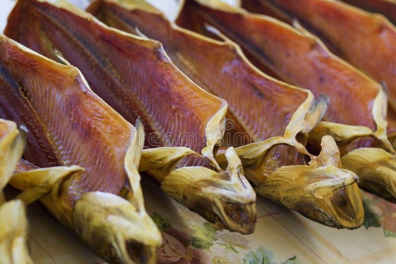Truta salgada secada em um mercado de peixes fotografia de stock