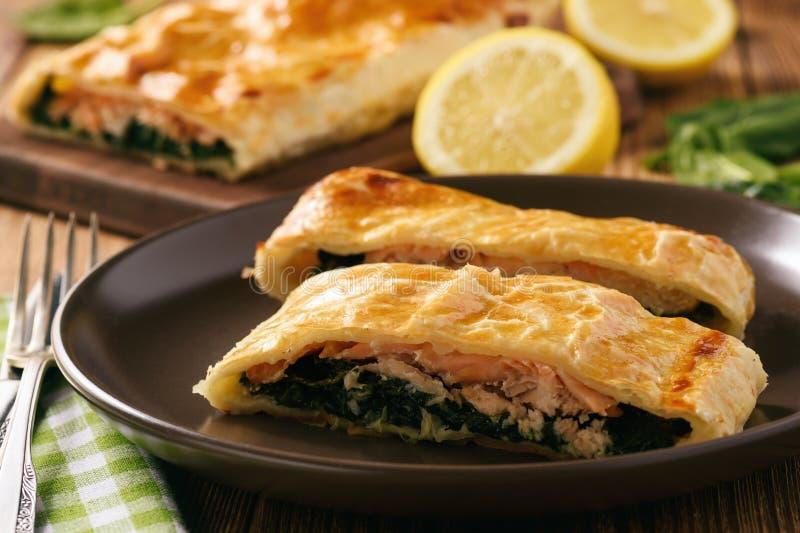 Truta Salmon e espinafres cozidos na massa folhada imagem de stock royalty free