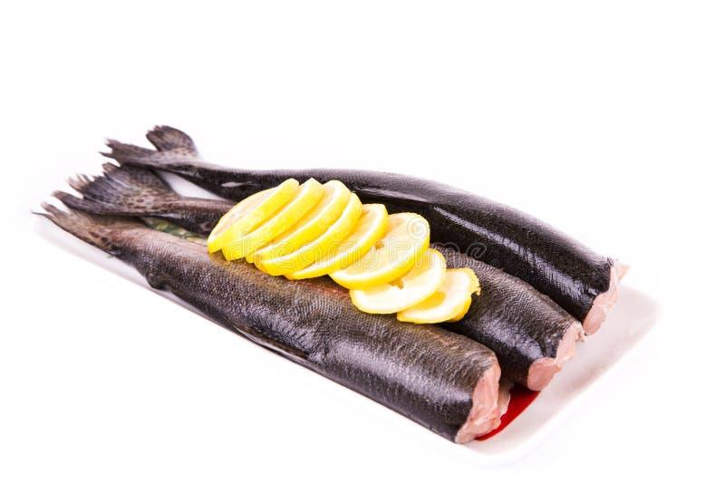 Trutas rachadas com um limão pronto para ser cozinhado foto de stock