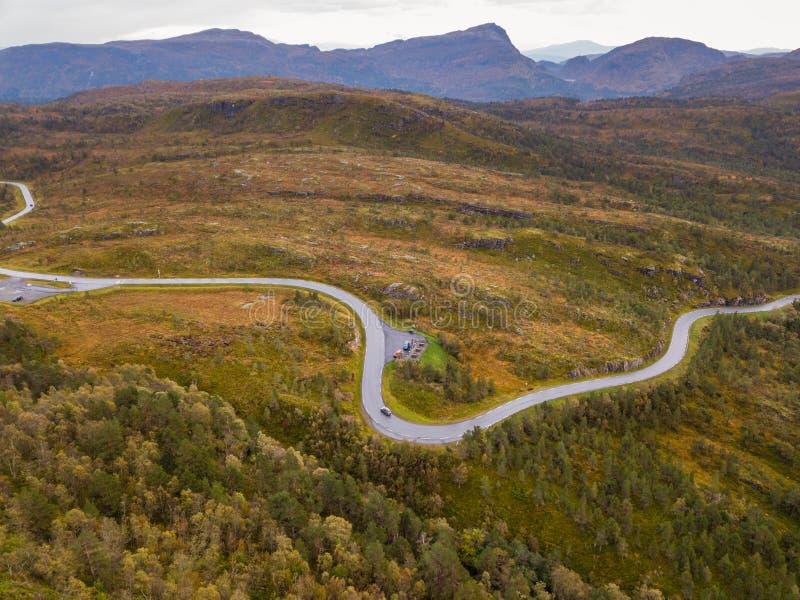 Truteń fotografia droga Prowadzi Fjord w GammellÃ¥ven z Dramatycznym niebem w tle zdjęcia stock