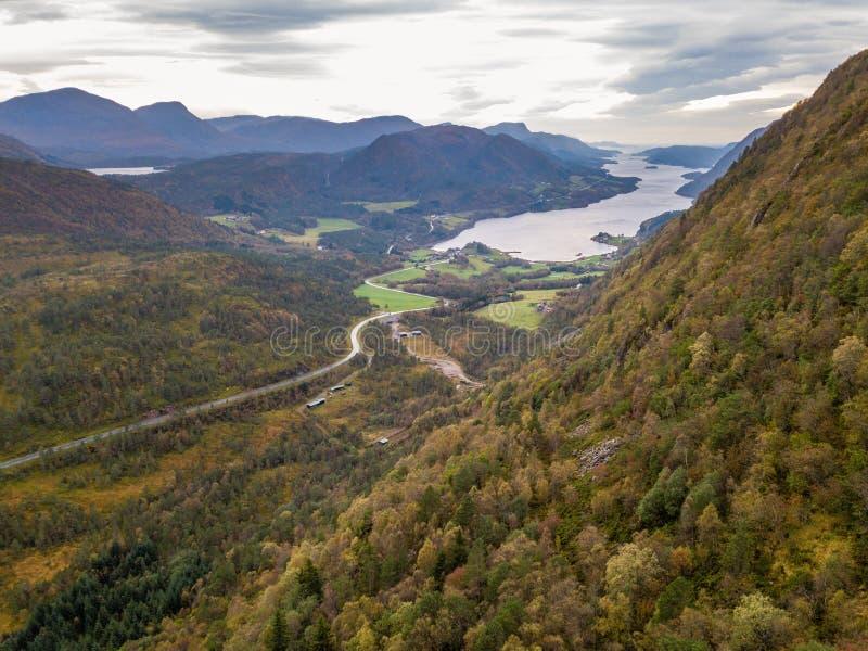 Truteń fotografia droga Prowadzi Fjord w GammellÃ¥ven z Dramatycznym niebem w tle zdjęcia royalty free