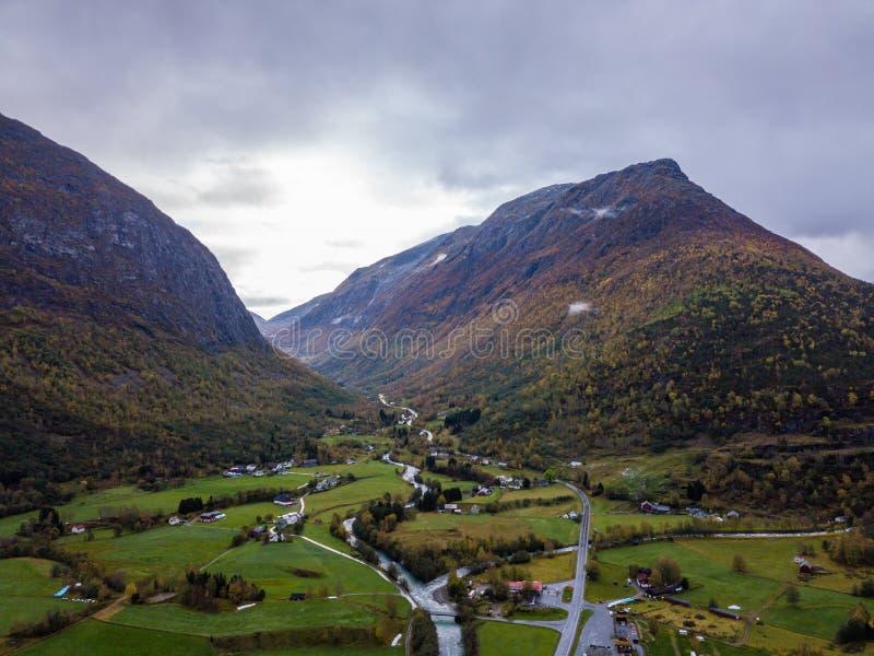 Truteń fotografia lasy w górach i Rzeczny Hjelledøla w Folva, Norwegia z chmurami Zakrywa góry obraz stock