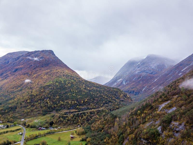 Truteń fotografia lasy w górach i Rzeczny Hjelledøla w Folva, Norwegia z chmurami Zakrywa góry fotografia stock