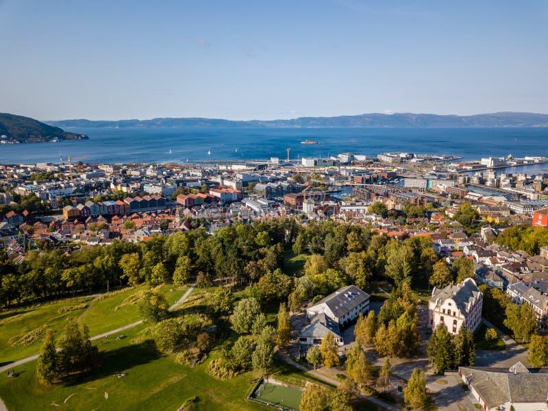 Truteń fotografia miasto Trondheim w Norwegia na Pogodnym letnim dniu z górami, Fjord i portem w tle, fotografia stock