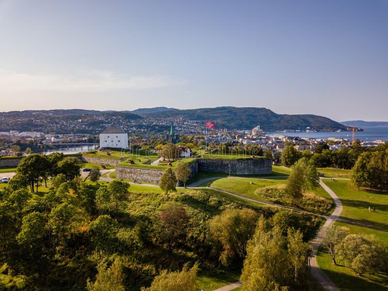 Truteń fotografia miasto Trondheim w Norwegia na Pogodnym letnim dniu z górami w tle i spojrzeniu na Starym kasztelu obrazy royalty free
