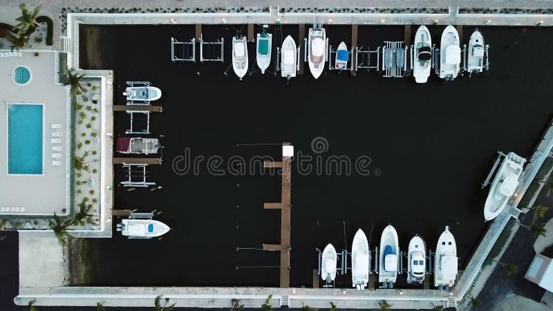Truteń fotografia patrzeje w dół na łodziach dokować w Floryda kluczach, usa zdjęcie stock