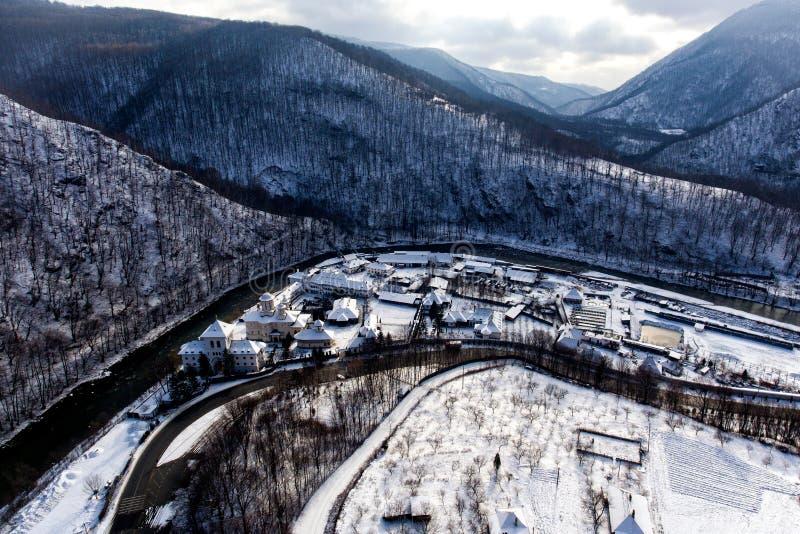 Truteń fotografia rzeczna dolina przez śnieżnych gór i monasteru obraz royalty free