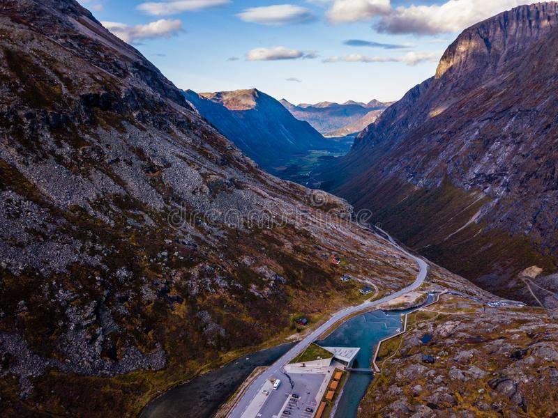 Truteń fotografia siklawa w Trollstigen, Geiranger, Norwegia w w górę gór z niebieskim niebem w tle obrazy royalty free