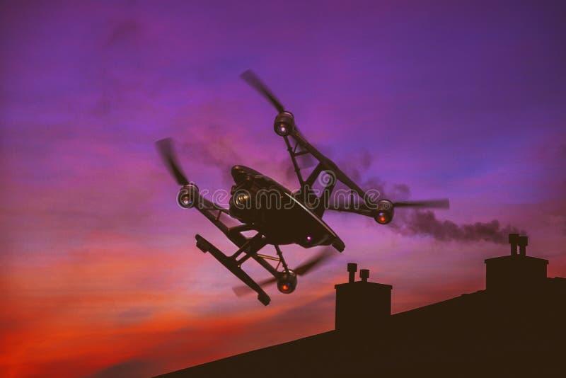 Truteń lata nad zmierzchu niebem z lekkich chmur dźwignięcia quadrocopter Ciężką komarnicą fotografuje miasto obrazy stock