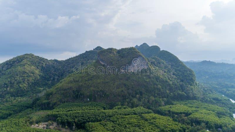 Trute? natury widok Zadziwiaj?ca kierowa natury g?ra przy Surat Thani, Tajlandia zdjęcia stock
