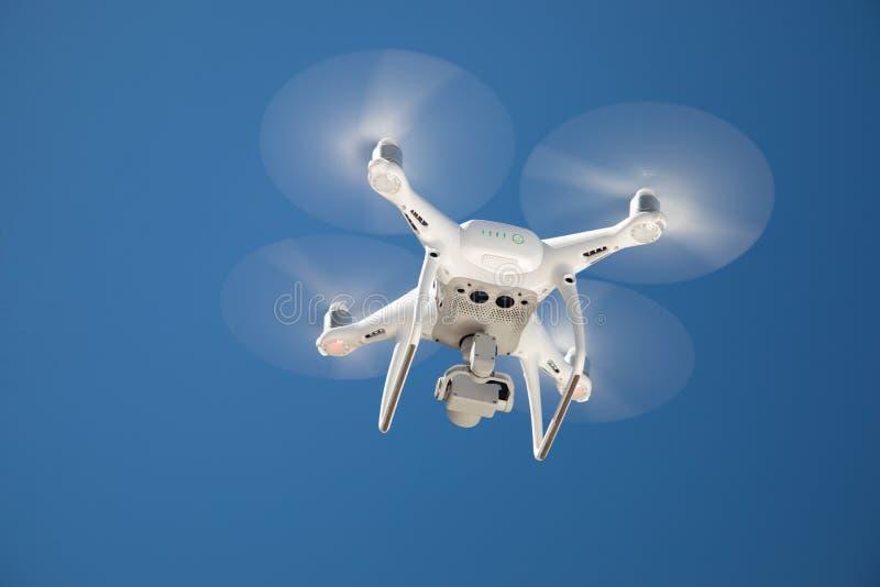 Truteń Quadcopter Przeciw niebieskiemu niebu Spod spodu zdjęcia royalty free