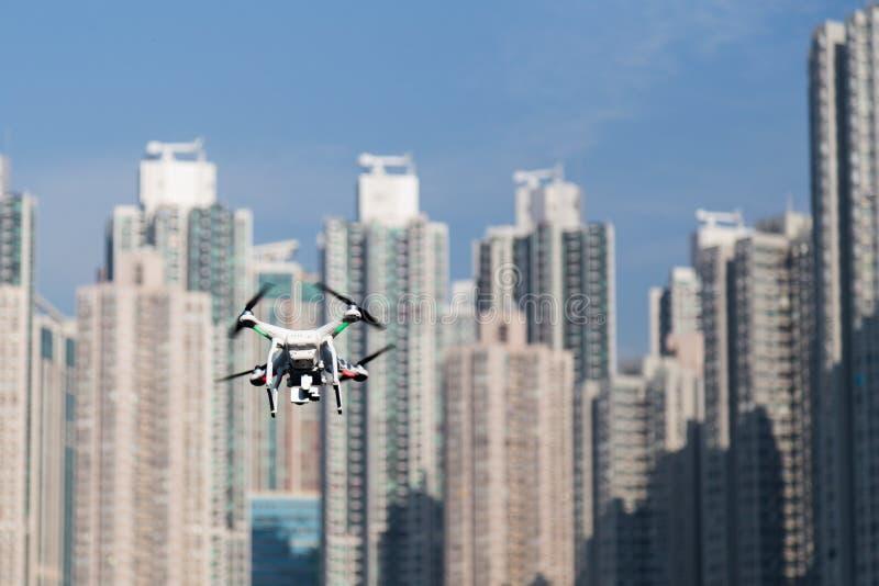 Truteń robi inwigilacja wp8lywy powietrznym fotografiom nad pejzażem miejskim zdjęcia stock
