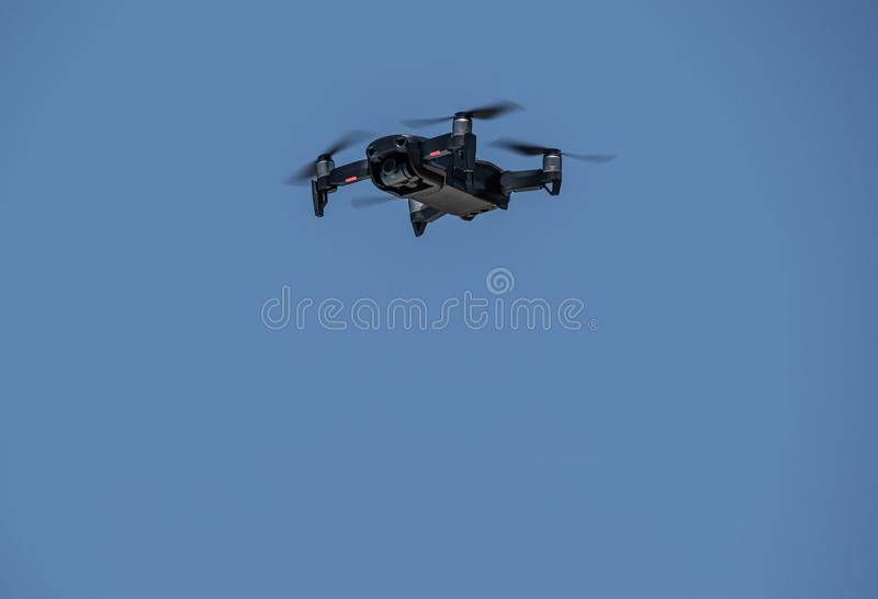 Truteń rusza się ostrza lata przez niebieskiego nieba zdjęcia stock