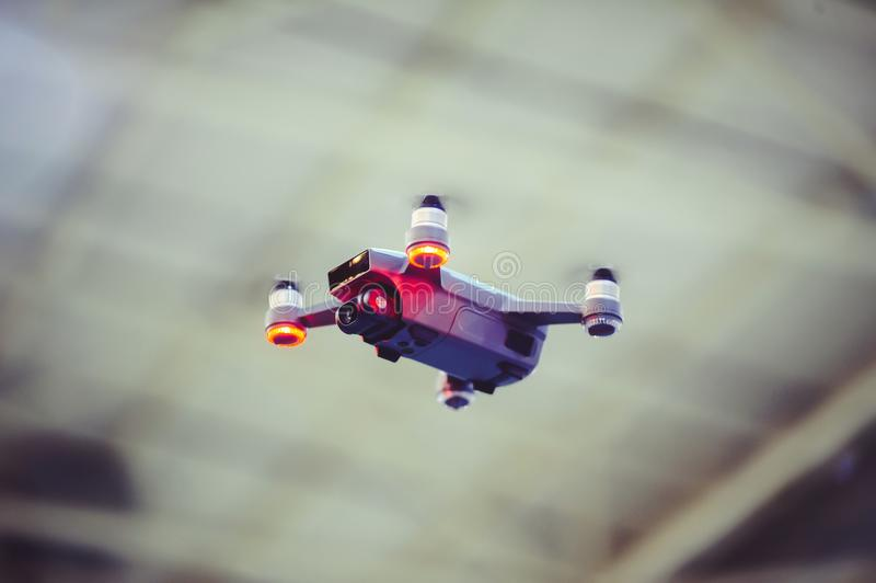 Truteń w locie w mieście zakończenie, quadrocopter na tle piękny bokeh fotografia stock