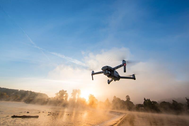 Trutnia copter z cyfrową kamerą, rzeka na tle Nowożytna technologia, UAV pojęcie obraz royalty free