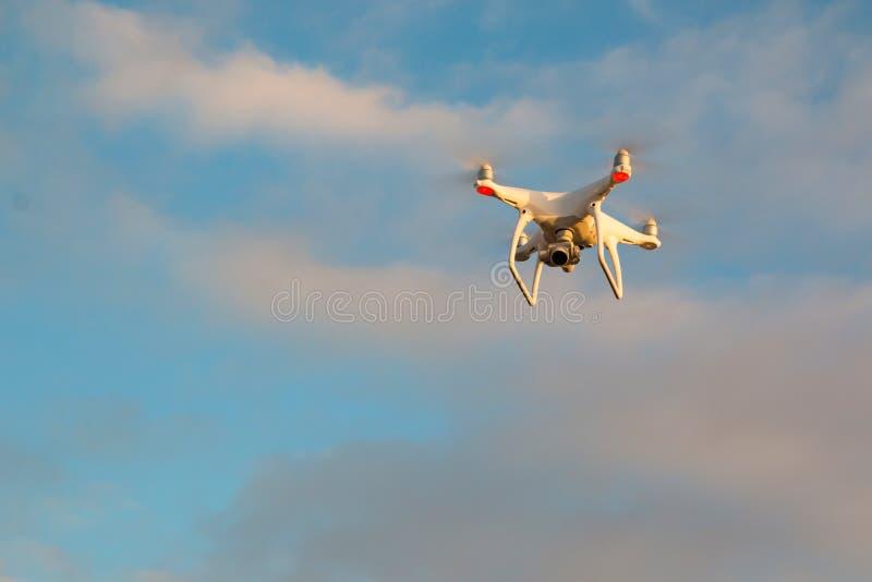 Trutnia DJI fantom 4 przy zmierzchem w locie w Tenerife zdjęcie stock