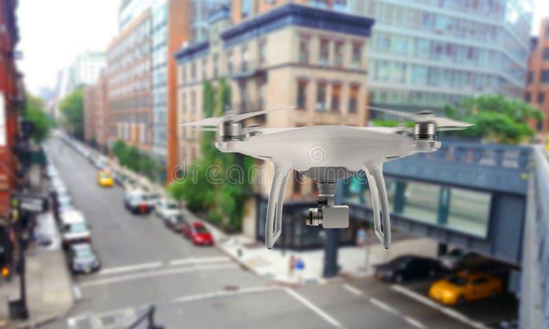 Trutnia kwadrata copter z kamerą nadzoruje miasto ulicy zdjęcia stock