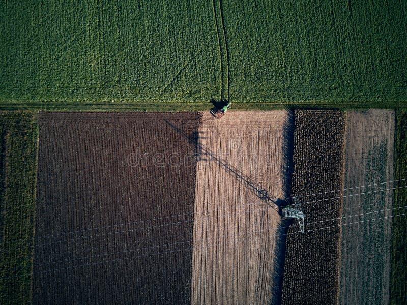 Trutnia lota ptasiego oka powietrzny widok ciągnikowa kośby trawa na pięknym zieleni polu i niebieskiego nieba tła rolniku obraz royalty free