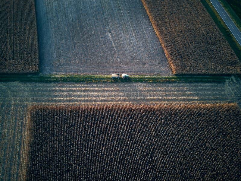 Trutnia lota ptasiego oka powietrzny widok ciągnikowa kośby trawa na pięknym zieleni polu i niebieskiego nieba tła rolniku obrazy stock