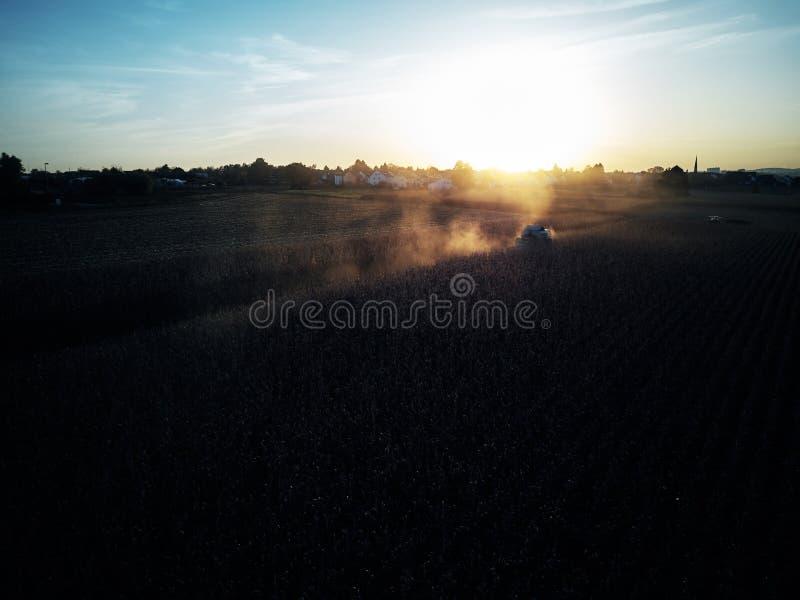 Trutnia lota ptasiego oka powietrzny widok ciągnikowa kośby trawa na pięknym zieleni polu i niebieskiego nieba tła rolniku fotografia royalty free