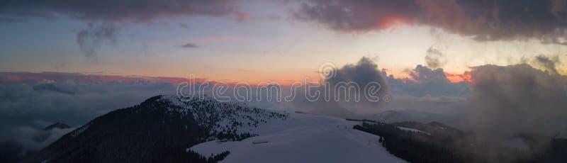 Trutnia powietrzny zmierzch przy Monte Pora narciarskim terenem w zima sezonie Orobie Alps fotografia royalty free