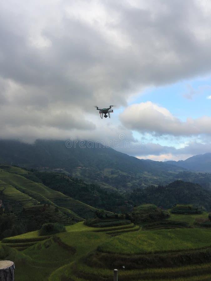 Trutnia quadcopter cyfrowa kamera podczas gdy latający nad longji tarasem zdjęcie royalty free
