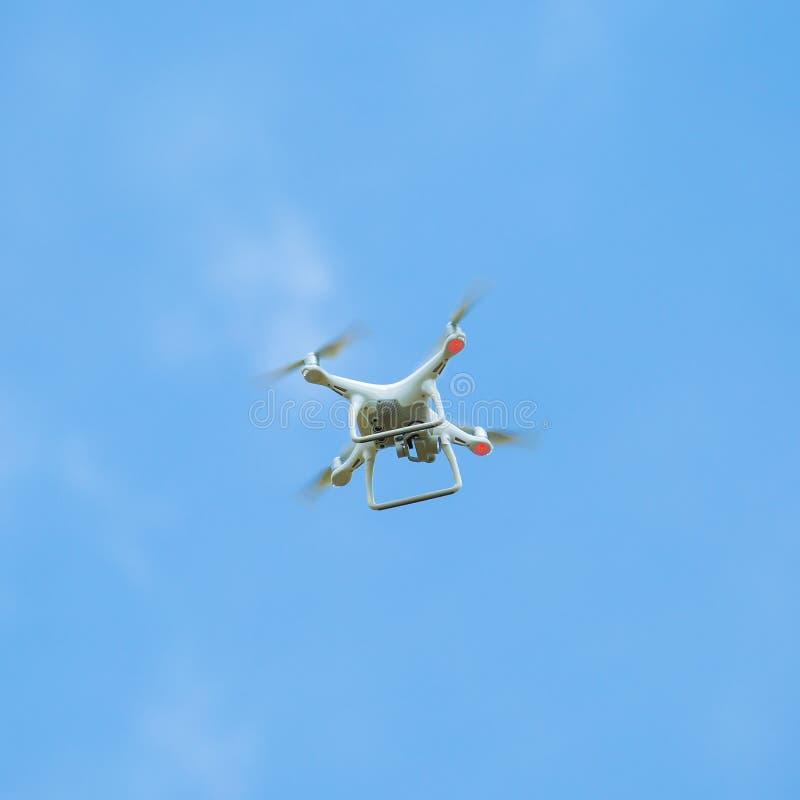 Trutnia quadcopter dźwignący z wysoka rozdzielczość cyfrowej kamery lataniem fotografia stock