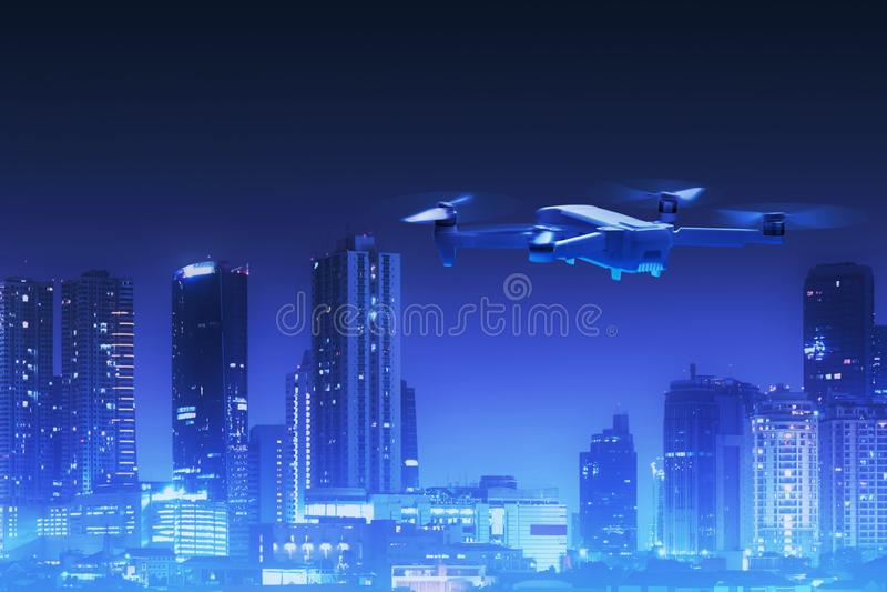 Trutnia quadcopter latanie nad miasto obrazy stock