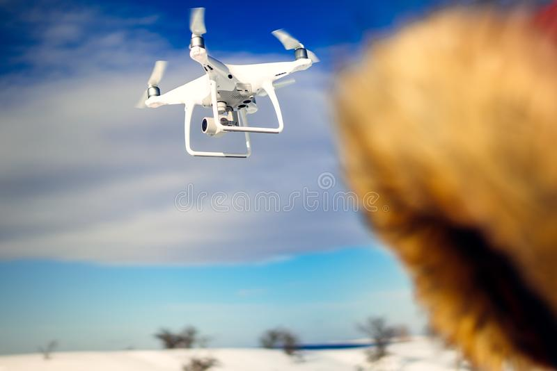 Trutnia quadcopter latanie z wysoka rozdzielczość cyfrową kamerą Uav operatora szczegóły fotografia royalty free