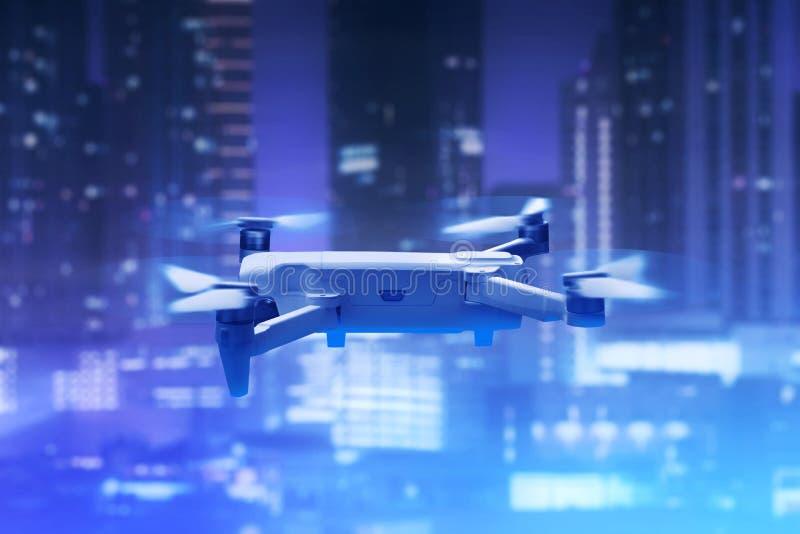 Trutnia quadcopter z cyfrową kamerą nad miasto zdjęcia stock