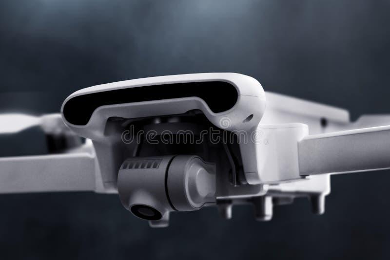 Trutnia quadcopter z cyfrowej kamery lataniem zdjęcie royalty free