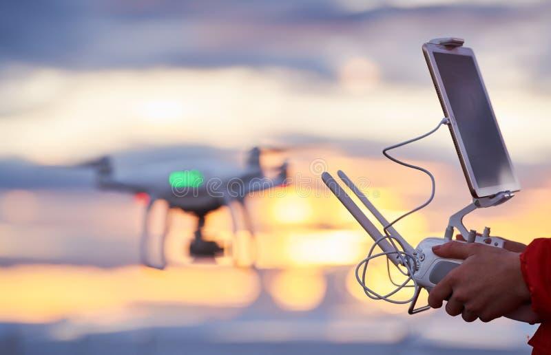 Trutnia quadcopter z cyfrowej kamery lataniem przy zmierzchem obrazy stock