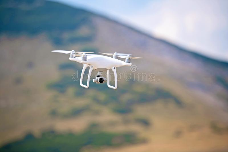 Trutnia quadcopter z cyfrowej kamery lataniem w naturze zdjęcie stock
