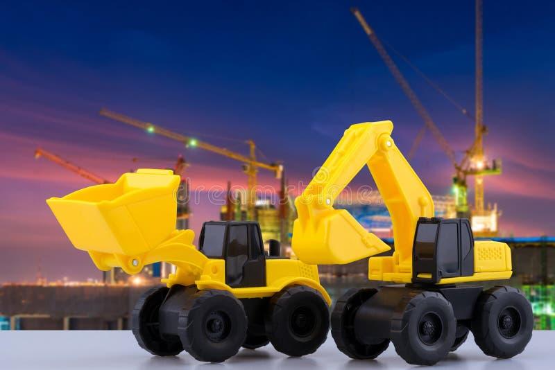 Trwały budowy backhoe, ciągnik i bawimy się z budową w tle zdjęcie royalty free