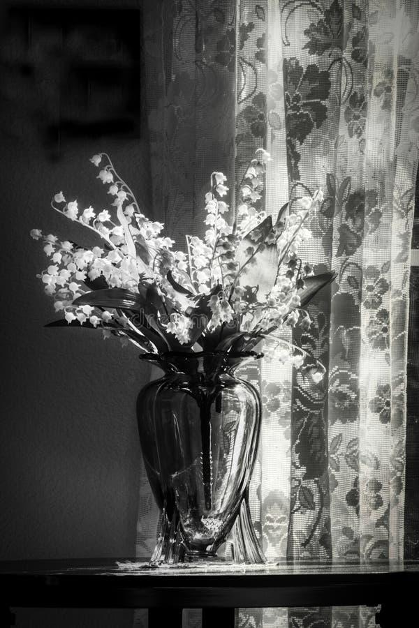 Trybowa Wymokła fotografia koronka i Lilys dolina w wazie obraz stock