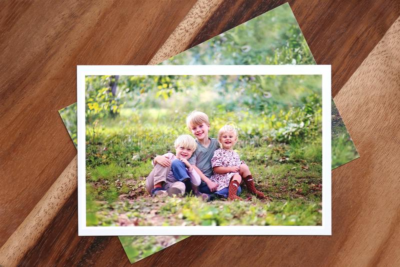 tryck 4x6 av familjstående av tre unga barn royaltyfri foto