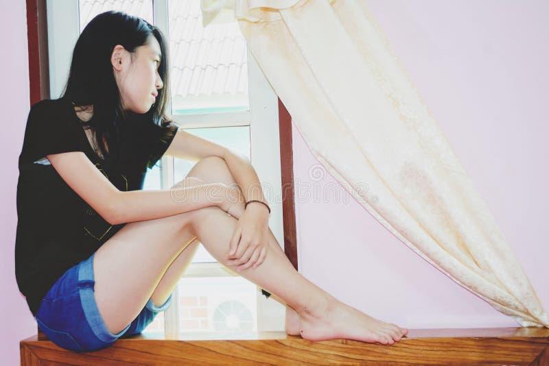 Tryck ned och den hopplösa flickan med frånvarande sinnat arkivfoto